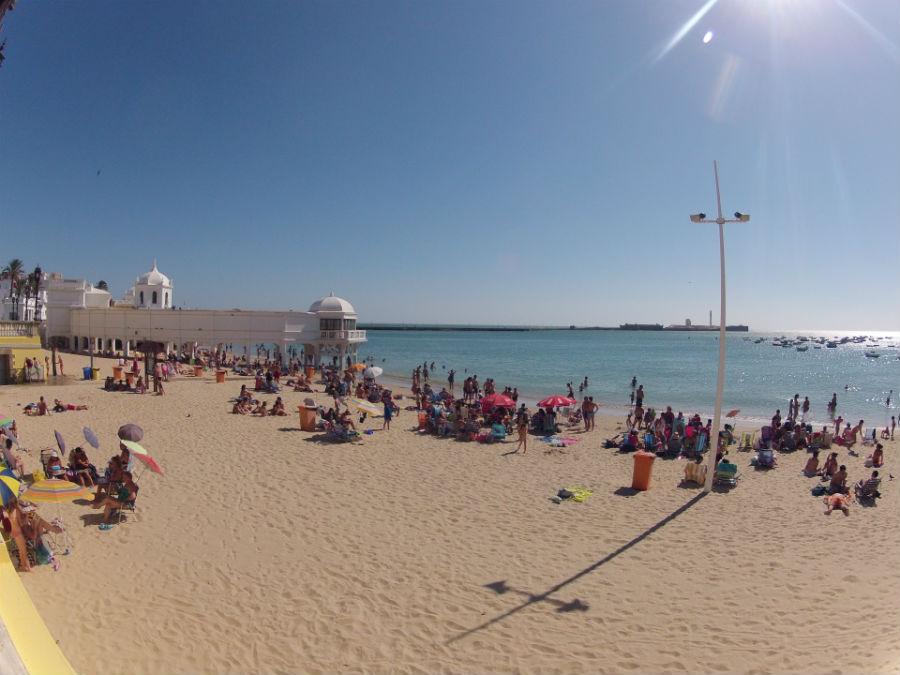Посетители пляжа Кадиса договорились не обсуждать политику